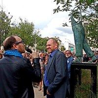 Marius Colucci et Guillaume Werle au pied de la statue en hommage à Coluche, le bronze A Coluche. 19 Juin 2019.