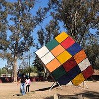 Escultura de Cubo de Rubick en el Parque de Las Naciones