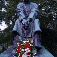 Larin Paraske Statue