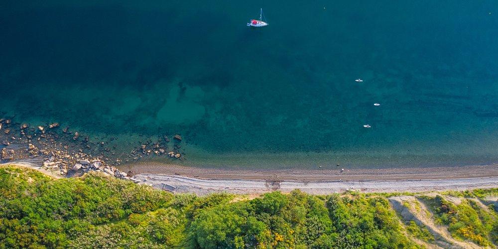 La Méditerranée et le Karst slovène réunissent les merveilles du monde karstique et le goût du sel de mer traditionnel. Les villes côtières dévoilent leur beauté au soleil, la campagne verdoyante de l'Istrie offre des délices culinaires originaux assaisonnés d'huile d'olive et d'herbes sauvages.😍  #ifeelsLOVEnia #myway #Slovenia #DebeliRtič