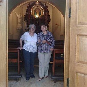 Con un mini altar al fondo