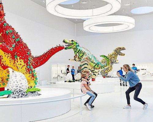 På øverste etage i LEGO® House – som ligner en kæmpe LEGO klods – finder du Masterpiece Gallery. Her kan du se de mest fantastiske LEGO modeller, som er bygget af fans fra hele verden, og blive inspireret til at skabe dine egne mesterværker!  When you reach the top of LEGO® House – which resembles a giant LEGO brick – you enter the Masterpiece Gallery. Discover the most amazing LEGO creations, built by LEGO fans from around the world, and be inspired to create your own masterpieces!