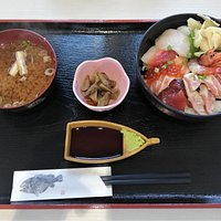 Omakase bowl(1,000JPY) that can be eaten in the cafeteria