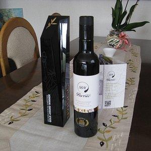 """Оливковое масло """"De Kleva"""" и приз """"Золотой победитель на всемирном конкурсе оливковых масел"""" в Нью-Йорке."""
