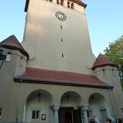 Eingang mit massivem Turm