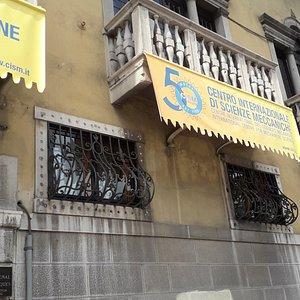 Il balcone e i ferri battuti alle finestre