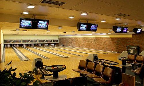 Intim og koselig bowlinghall med 7 baner