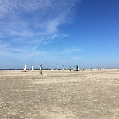 IJmuiderslag ligt ten zuiden van het strand van IJmuiden aan Zee en is bereikbaar via de borden IJmuiderslag. Het zuidelijke deel van dit strand is een hondenlosloopgebied. Dit strand is onder andere geschikt voor blokarten, kitebuggying en strandzeilen. Aan dit strand zijn het strandpaviljoen Beach Inn, Seaside Sports en het wind- en watersportcentrum High Tide te vinden.  IJmuiderslag ligt tegen het natuurgebied Nationaal Park Zuid-Kennemerland aan waar je heerlijk kunt wandelen en fietsen.