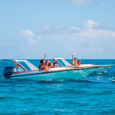 you become the captain! drive your own spee boat , navigate thrugh Cancun's turquoise water!