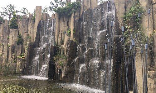 Очень уютный красивый парк. Если вы живете где то не далеко, то посетить его стоит. Удобно добираться на метро.