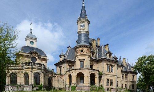 Várkastélyként, nyaralóként használta Schossberger Zsigmond a mesebeli neoreneszánsz palotát, mely Pest megye keleti végében kapott helyet, Turán. Német és szovjet katonák használták főhadiszállásnak, 2005-ben elkezdték a felújítást, azóta népszerű filmforgatási helyszín vált belőle, a Holdhercegnő több jelenetét is itt forgatták.