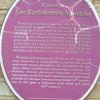 Gedenkplaat die vertely dat de kerk einde 7de, begin 8ste eeuw werd gesticht.