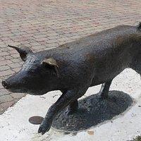 Monumento al maiale. Castelnuovo Rangone (Modena).
