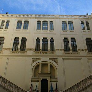 Vue interne du bâtiment abritant l'Office du Tourisme de Cagliari.