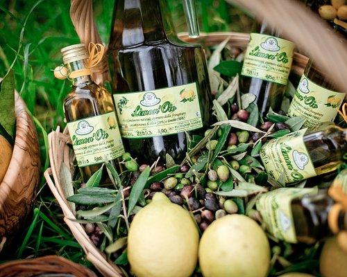 """""""Limon'oio"""": condimento naturale ottenuto dalla frangitura contemporanea di olive (70%) e limoni (30%). Questo non è il solito olio al limone ottenuto con l'aggiunta di aromi, ma un condimento naturale (composto di sole olive e limoni) realizzato macinando insieme olive freschissime ed una selezione di limoni non trattati frantumati insieme alle olive."""