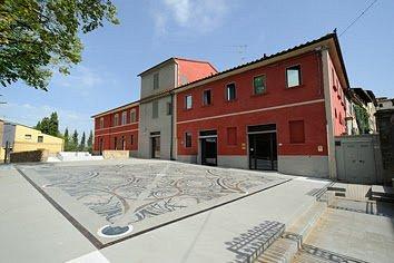Il nuovo Centro Espositivo Leo Lev è costituito dal complesso artistico-culturale nato dall'imponente intervento di recupero urbanistico e architettonico dell'ex villa Bellio-Baronti-Pezzantini e con la realizzazione della Piazza Carlo Pedretti, nel centro storico di Vinci.