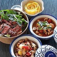 salade de boeuf, poulet cacahuetes, soupe tum yam et riz gluant à la mangue