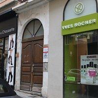 Au numéro 15 se trouve la boutique Yves Rocher, mais je n'ai pas vu de peintre !