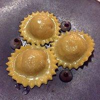 Ravioles de foie gras, réduction au cidre, perles de balsamique