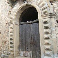 Il portale prima del restauro.
