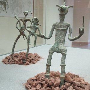 """Due bronzetti della mostra """"Gli idoli bugiardi"""""""