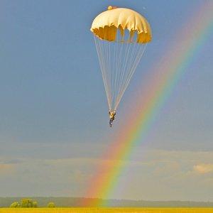 Самостоятельный прыжок с парашютом в Калуге и области -  выполняется на круглом парашюте и приблизительно выглядит так: около 10 минут полета на самолете. На высоте 800 метров - прыжок. Затем открытие парашюта и дальнейшее полёт под куполом в течение 2-3 минут. Приземление, затем купол укладывается в сумку, и совершивший прыжок человек возвращается на место старта.