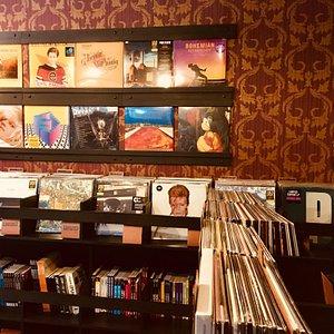 Sempre novidades em LPs.  Temos também loja on-line com entrega pra todo o Brasil.