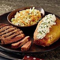 Minuano Ribeye de 220 gramas acompanhado de salada Cole Slaw e Baked Potato com molho de queijos e creme de gorgonzola