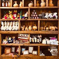 Nuestra tienda de artesanías donde vendemos productos exclusivos de la región hechos por artesanos locales para fomentar la cultura artesanal, lo hecho a mano y hecho en Zacatlán.