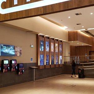 Visão externa da bilheteria eletronica e entrada do Cinemark