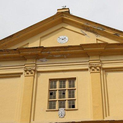 La façade de cette église est de couleur jaune,