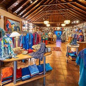 Raffinierte Kollektionen in allen Lieblingsfarben stehen hier in kanarischer Architektur nach Farbtyp sortiert zum Staunen und Schwelgen bereit. Meerblau, Sunset-Orange, Türkisgrün, Nachtblau, u.v.m. Beste Voraussetzungen für neue unwiderstehliche Ausstrahlung!