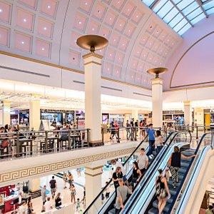 Foto de la planta alta de la galería comercial del Centro Comercial Plaza Mar 2 de Alicante.