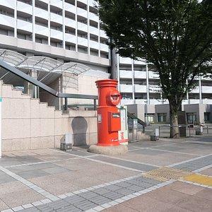 小平駅南口の「あかしあ通り」沿いにあります。駅南口から200mくらいの所です。