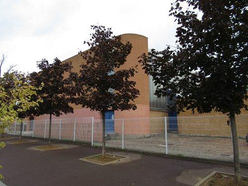 Le gymnase Tennis Club et la double porte métallique bleue