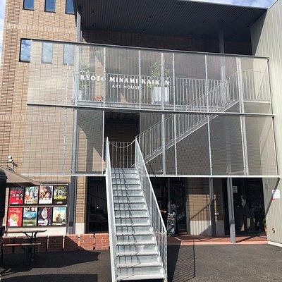 1階が受付と1番スクリーン。2番・3番スクリーンは階段またはエレベーターを利用して上がる。敷地内に駐輪スペースあり。