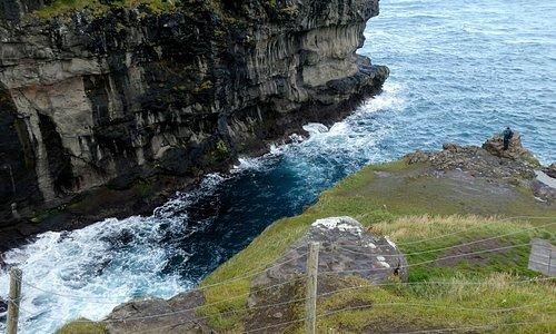崖の上から見る、青い海