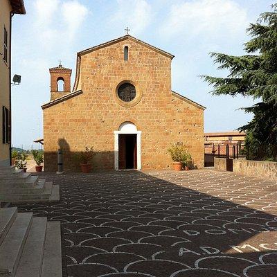 Facciata di San Pietro Apostolo ad Ardea (RM).