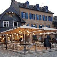 Notre bâtisse du 16ème siècle sur la place des résistants et fusillés, au Faou. Avec superbe terrasse !