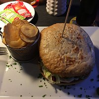 This is a chicken burger with potatoe chips at Lila's in Stade