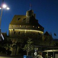 Le donjon du château de Saint-Malo illuminé la nuit