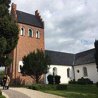 Kirken udefra, den smukke kristusfigur foran indgangen, altertavle og prædikestol