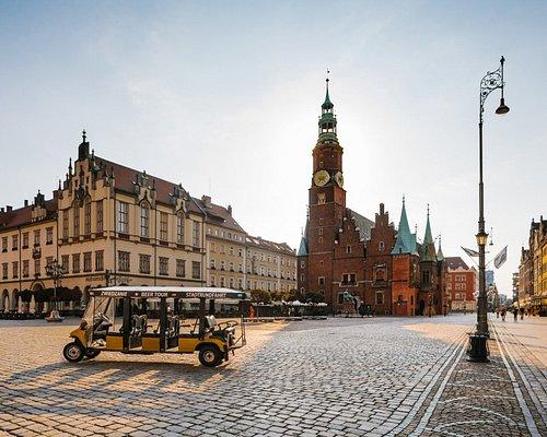 🕍Odwiedzając Wrocław nie ma miejsca na nudę ❌❌❌ Startując z wrocławskiego rynku zwiedzamy ważne i zabytkowe miejsca miasta, łącząc poznawanie historii z podróżą elektrycznym pojazdem 🚎 👪
