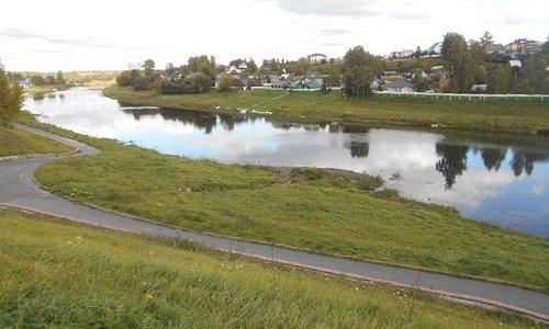 Floden som rinner förbi barnparken.