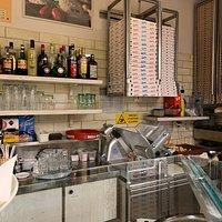 Populärt ställe. Högt tryck, kö och väntetid. Välj färdiga pizzaslice så går det snabbare.