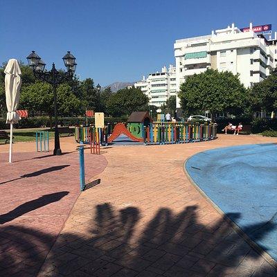 Superfed legeplads med plads til både større og mindre børn. Bænke rundt omkring, hvor voksne kan sidde mens børnene hygger sig
