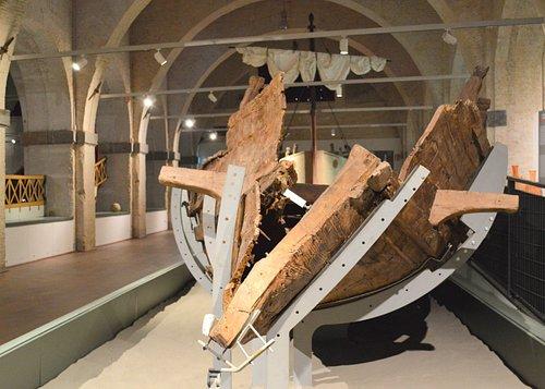 L'Alkedo, una nave privata, costruita però per assomigliare ad una nave da guerra: in primo piano l'imbarcazione originale del I secolo d.C. restaurata, sullo sfondo la sua ricostruzione, a grandezza naturale.