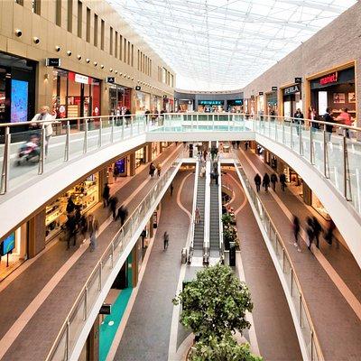 Au coeur de Charleroi, le centre commercial Rive Gauche et ses 90 boutiques vous accueillent du lundi au samedi de 10h à 19h et 20h le vendredi. Mode, chaussures, accessoires, beauté, santé, multimedia, loisir, alimentation, restauration, vous trouverez tout ce que vous cherchez ! Accès facile via la sortie Ville Basse, parking de 1.000 places sous le centre commercial.