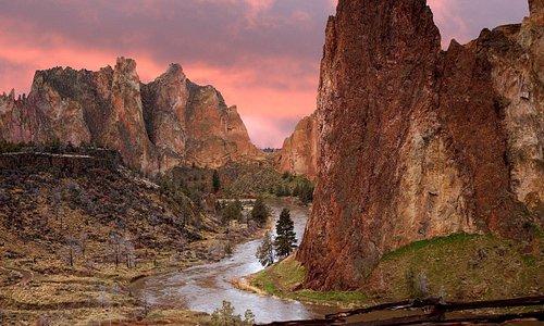 Smith Rock State Park - американский государственный парк, расположенный в центральной пустыне штата Орегон