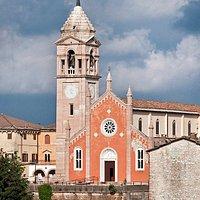 La chiesa, dedicata a San Giovanni Battista, fu eretta nel 1485 su di una precedente cappella esistente già nel 1435. La chiesa ospita tuttora al proprio interno un prestigioso battistero ottagonale a coppa in marmo rosso ammonitico eseguito nel 1533 da M.° Giacomo Martiri.